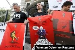 Акция возле российского посольства в Украине с требованием освободить Олега Сенцова и других украинских узников Кремля, а также бойкотировать Чемпионат мира по футболу в России. Киев, 14 июня 2018 года