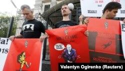 Учасники пікету під посольством Росії в Києві тримають плакати з малюнками Андрія Єрмоленка, 14 червня 2018 року