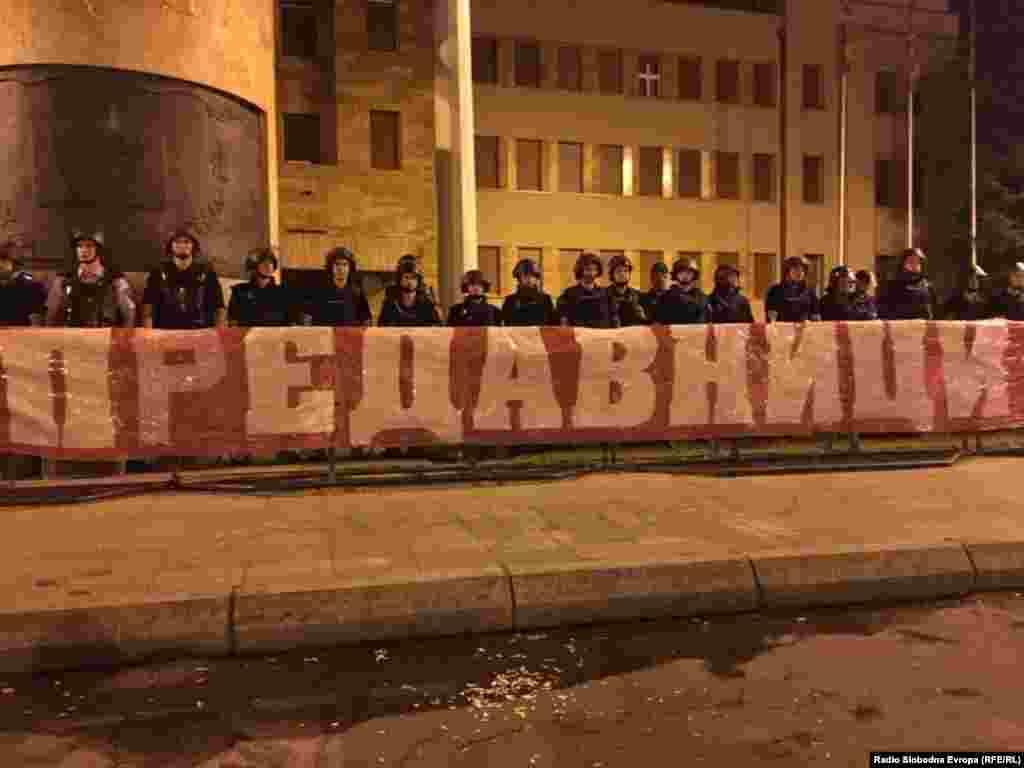 МАКЕДОНИЈА - Македонските полицајци во неделата беа напаѓани со дрва и бетонски плочи и еден час се воздржуваа за да ја смират ситуацијата, но нивната реакција е резултат на оценката на претпоставените, а можам да кажам дека постапиле правилно, изјави министерот за внатрешни работи Оливер Спасовски за судирот на полицајците и демнстрантите за време на неделниот протест пред Собранието против Договорот со Грција.
