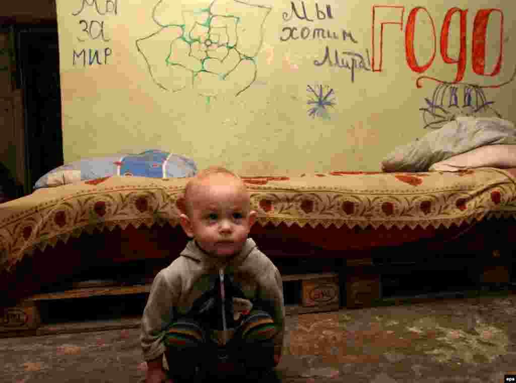 Три сім'ї, які втратили житло в результаті бойових дій на сході України, живуть у бомбосховищі на території ДВАТ «Шахта ім. Челюскінців» (м. Донецьк) вже другий місяць. 2015 рік вони також зустріли у приміщенні захисної споруди, де прикрасили новорічну ялинку і розмалювали стіни.