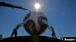 Braziliyada işçilər nəhəng top quraşdırırlar