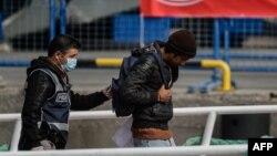 Türk polisiýasy we migrant.