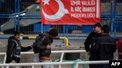 Түркиядағы мигранттар мен түрік полицейлері.