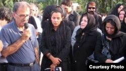 از راست: پدر امیر جوادیفر، و دوست دخترش لبخند بدیعی. مادر سهراب اعرابی هم در منتهی الیه سمت چپ عکس ایستاده است.