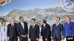Групове фото керівників країн Групи восьми (G8) перед початком роботи саміту в Аквілі, 8 липня 2009 року