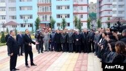 Bakının Binəqədi rayonunda 369 məcburi köçkün ailəsi üçün inşa olunmuş yaşayış binasının istifadəyə verilməsi.