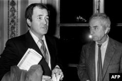 برتولوچی (چپ) در کنار میکل آنجلو آنتونیونی در ۱۹۸۴