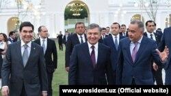 Джахонгир Артыкходжаев (первый справа) сопровождал президентов Шавката Мирзияева и Гурбангулы Бердымухамедова на церемонии открытия парка «Ашхабад» в городе Ташкенте.