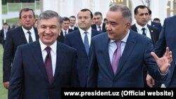 Tashkent Mayor Jahongir Ortiqkhojaev (right) with Uzbek President Shavkat Mirziyoev (file photo)