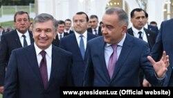 Хоким (глава) Ташкента Джахонгир Артыкходжаев (справа) с президентом Шавкатом Мирзияевым.