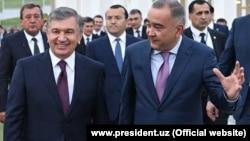 Өзбекстан президенті Шавкат Мирзияев пен Ташкент әкімі Жахонгир Артықхожаев (оң жақта).