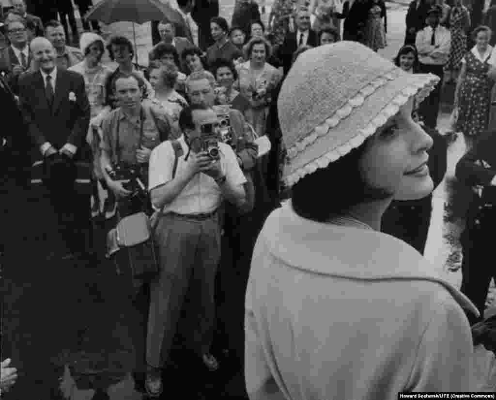 """Вокруг модели Куки Денис во время поездки собирались толпы. Кука рассказывала потом, что некоторые люди в Москве """"трогали нас, чтобы убедиться, что мы живые, что мы не манекены""""."""