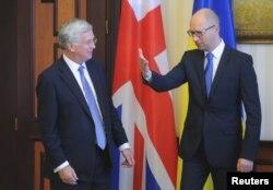 Прем'єр-міністр України Арсеній Яценюк (праворуч) та міністр оборони Британії Майкл Фаллон під час зустрічі у Києві. 11 серпня 2015 року