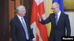 Премьер-министр Украины Арсений Яценюк принимает британского минобороны Майкла Фаллона в Киеве