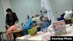 """Фотографии """"швейного цеха"""", показанные репортеру Азаттыка учителями средней школы № 20 поселка имени Туймебаева."""