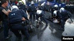 Polis etirazçıları saxlayır