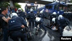 Pamje nga protestat që po zhvillohen në Hamburg, Gjermani