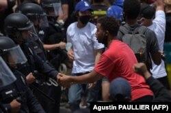Ofițeri de poliție și manifestanți își dau mâna , Hollywood, California, 2 iunie 2020.