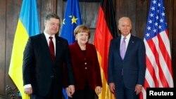 Ukrajinski predsjednik Petro Petro Porošenko, njemački kancelar Angela Merkel i potpredsjednik SAD Joe Biden na konferenciji u Minhenu, 7.februar 2015.