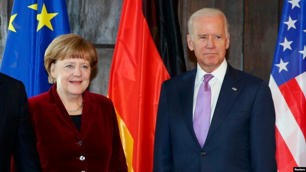 German Chancellor Angela Merkel (left) and U.S. President Joe Biden (file photo from 2015 ) agreed in a phone conversation that a reduction of Russian troops along the border with Ukraine would help de-escalate tensions in the region.