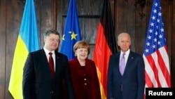 Джо Байден (п), Анґела Меркель (с) і Петро Порошенко (л) на Мюнхенській конференції з питань безпеки, 7 лютого 2015 року