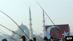 Старинный мост Галата - место традиционной стамбульской рыбалки.