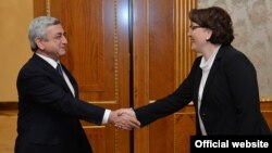 Гостью принимали сам президент и премьер-министр, не говоря уже о министре обороны и министре иностранных дел