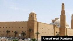 په سعودي عربستان کې چې شاوخوا نهه سوه جوماتونه چې د کرونا ویروس د خپرېدو له امله له دوو میاشتو راهیسې تړل شوي و، پرون د لومړي ځل لپاره بېرته پرانستل شول.