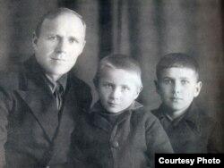 Гаўрыла Гарэцкі з сынамі Радзімам і Ўсяславам. Пасёлак Мурмашы Мурманскай вобл. 16 кастрычніка 1936 г.
