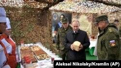 Бепиг карахь лаьтта Оьрсийчоьнан президент Путин Владимир Сибрех тIеман Iаморашкахь. Гайтаман сурт.