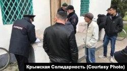 Российская полиция возле мечети в селе Заветное