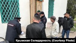Rusiye politsiyası Savurçı köyüniñ camisi yanında
