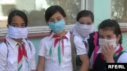 Tajik schoolchildren requested to wear face masks in order to prevent swine flu.