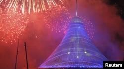 Праздничный салют над вновь открытой достопримечательностью Хан Шатыры. Астана, 6 июля 2010 года.