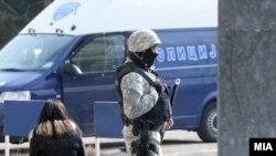 Архивска фотографија- полицаец пред Основен суд Скопје 1