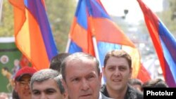 Opposition leader Levon Ter-Petrossian speaks at the rally on May 1
