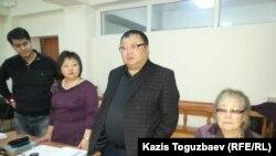 Ермұрат Мұқанов (ортада), Серікжан Мәмбеталиннің адвокаты. Алматы, 5 қаңтар 2016 жыл