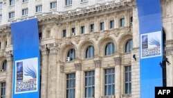 Bukurešt, Plakati o Samitu NATO-a na zgradi Parlamenta Rumunije