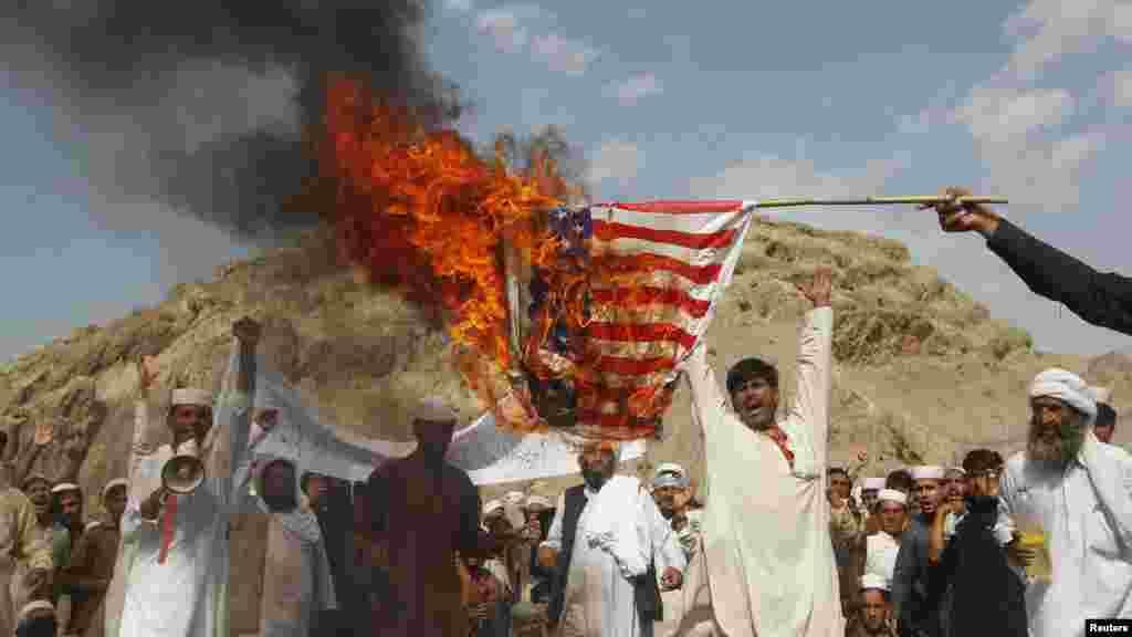 Afganistan - Demonstranti su spalili američku zastavu na protestima u Jalalabadu, 14. septembar 2012. Foto: REUTERS / Parwiz