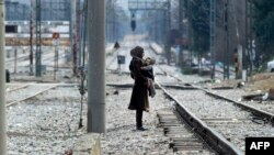 Një refugjate në kufirin Maqedoni-Greqi, në Gjevgjeli