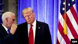 Президент США Дональд Трамп (п) та віце-президент Майк Пенс