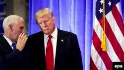 Обраний президент США Дональд Трамп (п) та майбутній віце-президент Майк Пенс перед початком прес-конференції. Нью-Йорк, 11 січня 2017 року