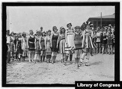 12. მზიანი დღეს სანაპიროზე. 1919 წლის ზაფხული. ბუნდოვანია, სად არის ფოტო გადაღებული.