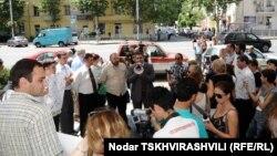 Почти месяц прошел с тех пор, как сменились городские власти, однако баталии между представителями оппозиции и правящей партии вокруг темы насильственного увольнения старых сотрудников мэрии продолжают оставаться их основным «занятием»