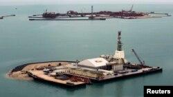 Искусственные острова нефтяного месторождения Кашаган. Каспийское море, 7 апреля 2013 года.