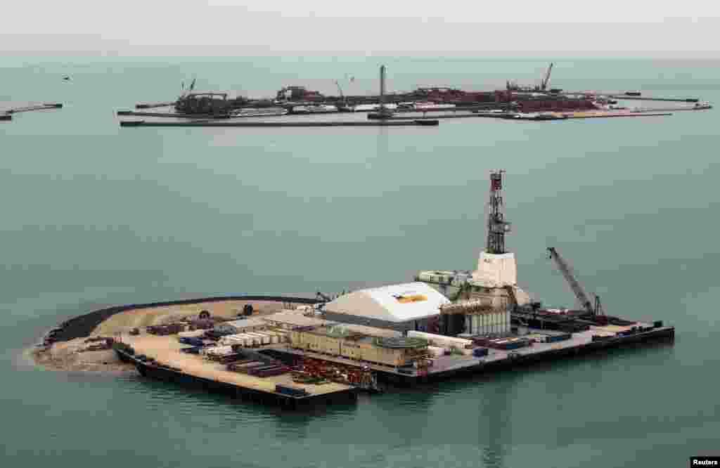 11 сентября на месторождении Кашаган на шельфе Северного Каспия началась добыча нефти. Консорциум North Caspian Operating Company B.V., управляющий разработкой Кашагана, сообщил о расконсервации первой скважины и добыче первых баррелей нефти. Полномасштабная коммерческая добыча, как считают в министерстве нефти и газа, должна начаться в течение месяца. Начало добычи нефти на Кашагане откладывалось неоднократно. В Кашаганском проекте участвуют компании Eni, Royal Dutch Shell, Exxon Mobil, Total и «КазМунайГаз». В начале сентября власти Казахстана сообщили о том, что китайская компания CNPC выкупит 8,4 процента доли участия в проекте.