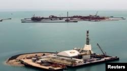 Буровые установки на искусственном острове месторождения Кашаган в Каспийском море. Иллюстративное фото.