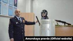 """Полицейский в Тынде показывает школьникам образцы """"боевого"""" снаряжения (Фото из """"Амурской правды"""")"""