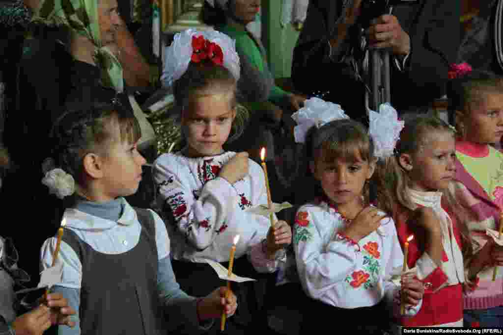 В Україні відзначають день офіційного початку навчального року, 1 вересня. На фото церемонія посвячення у першокласники у селі Мошни, Черкаська область