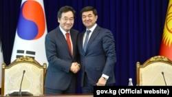 Премьер-министр Республики Корея Ли Нак Ён и премьер-министр Кыргызстана Мухаммедкалый Абылгазиев. Бишкек. 18 июля 2019 года.